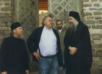 У входа в Андреевский скит с монахом Косьмой, представителем Ватопедского монастыря в Протате