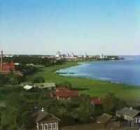 Вид на берег озера и кремль с колокольни Спасо-Яковлевского монастыря. 1911 г.