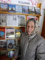 Библиотекарь Кира Егоровна Квашнина у стенда с книгами о войне. Май 2015 г.