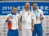 Архимандрит Сильвестр вместе золотыми чемпионами по кикбоксингу на пьедестале почета – на Первых всемирных играх боевых искусств в Пекине, в 2010 г.