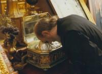 Архимандрит Сильвестр у Главы св. Андрея Первозванного в Свято-Андреевском скиту на Афоне, 2011 г.