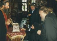 Архимандрит Сильвестр в Ватопедском монастыре у ковчега Пояса Пресвятой Богородицы, 2011 г.