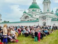 Праздничный концерт под стенами Спасо-Яковлевского монастыря 5 июня 2016 года.