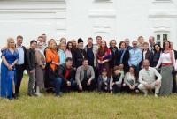 Участники праздничного концерта под стенами Спасо-Яковлевского монастыря 5 июня 2016 года.