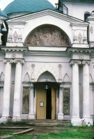 Церковь Святителя Иакова. Вид на западный фасад и главный вход в храм. Роспись Рождества Богородицы на тимпане фронтона нартекса. 5 августа 1995 г. Уильям Брумфилд