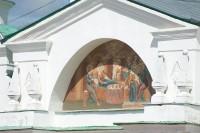 Храм Святителя Иакова. Изображение Рождества Богородицы на тимпане фронтона нартекса. 7 июля 2019 г. Уильям Брумфилд