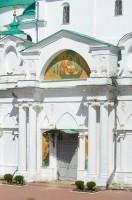 Собор Зачатия св. Анны. Вид на западный фасад с главным входом. Изображение Ветхозаветной Троицы на фронтоне нартекса. 7 июля 2019 г. Уильям Брумфилд