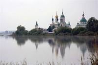 Вид на монастырь со стороны озера