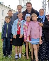 Фотография на память. Ученики Воскресной монастырской школы с Гедеминасом Тарандой