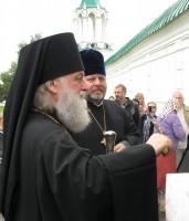 Архиепископ Пантелеимон у входа в Спасо-Яковлевскую обитель. Фото 2011 г.