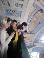 Группа студентов стоматологического факультета ПМГМУ имени И.М. Сеченова изучают убранство Димитриевского собора, май 2012 г.