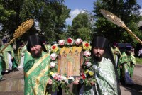 Крестный ход из Успенского собора в Спасо-Яковлевский монастырь в день Собора Ростово-Ярославских святых 5 июня 2012 г.
