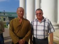 Руководитель экскурсионной службы монастыря Николай Николаевич Тутынин с актёром Хиройуки Тагава во время проведения экскурсии