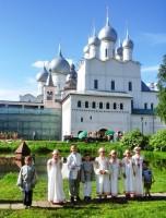 Учащихся Воскресной школы в Ростовском кремле на фольклорном фестивале «Живая старина». 31 мая 2015 г
