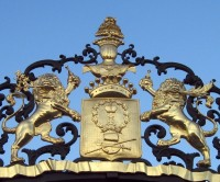 Герб рода Шереметевых на воротах Фонтанного дома в Санкт-Петербурге