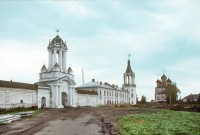 Северная стена, северо-восточный вид. Слева направо: Северные ворота, ограда и северо-западная угловая башня, Спасо-Преображенская церковь. 5 августа 1995 г. Уильям Брумфилд
