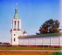 Северо-восточная угловая башня и северная стена. На втором плане - колокольня церкви Михаила Архангела (не сохранилась). Лето 1911 г. Сергей Прокудин-Горский