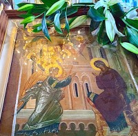 Образ Благовещения Пресвятой Богородицы на монастырском аналое в день праздника.