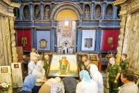 Ковчег с мощами святого князя Александра Невского в Успенском соборе Ростова