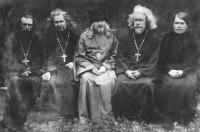Иеромонах Руфин (Демидов), игумен Дорофей (Павлов), епископ Неофит (Коробов) и священник Вячеслав (Ильин) с матушкой. 1930-е гг.