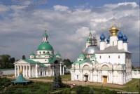 Вид на монастырские храмы с юго-западной башни. Фото Сергея Щегольского