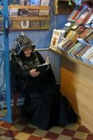 Схимонахиня Соломония в уголке читает благодарственные молитвы по Святом Причащении.