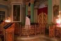 Наместник игумен Августин читает канон на Пасхальной заутрени у Плащаницы.