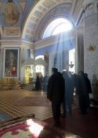 Солнечные лучи над ракой Свт. Димитрия, клиросом и молящимися во время Великого входа.
