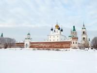 Вид на Спасо-Яковлевский монастырь с озера