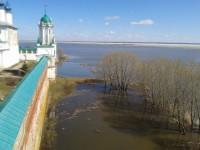 Вид на озеро с монастырской башни. Весна 2013 г.