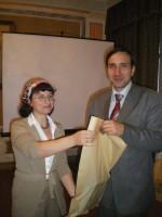 Вручение подарков участникам конференции
