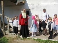 Руководитель Воскресной школы Наталия Александровна Левкина вместе со своими воспитанниками