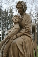 Арина Родионовна с маленьким Сашей Пушкиным. Памятник в Захарово